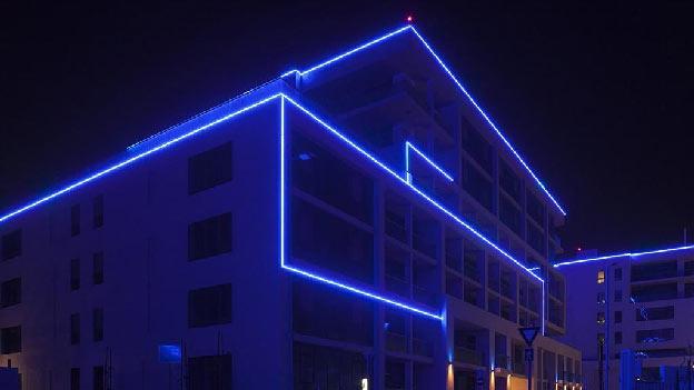 إضاءة LED على واجهة المبنى